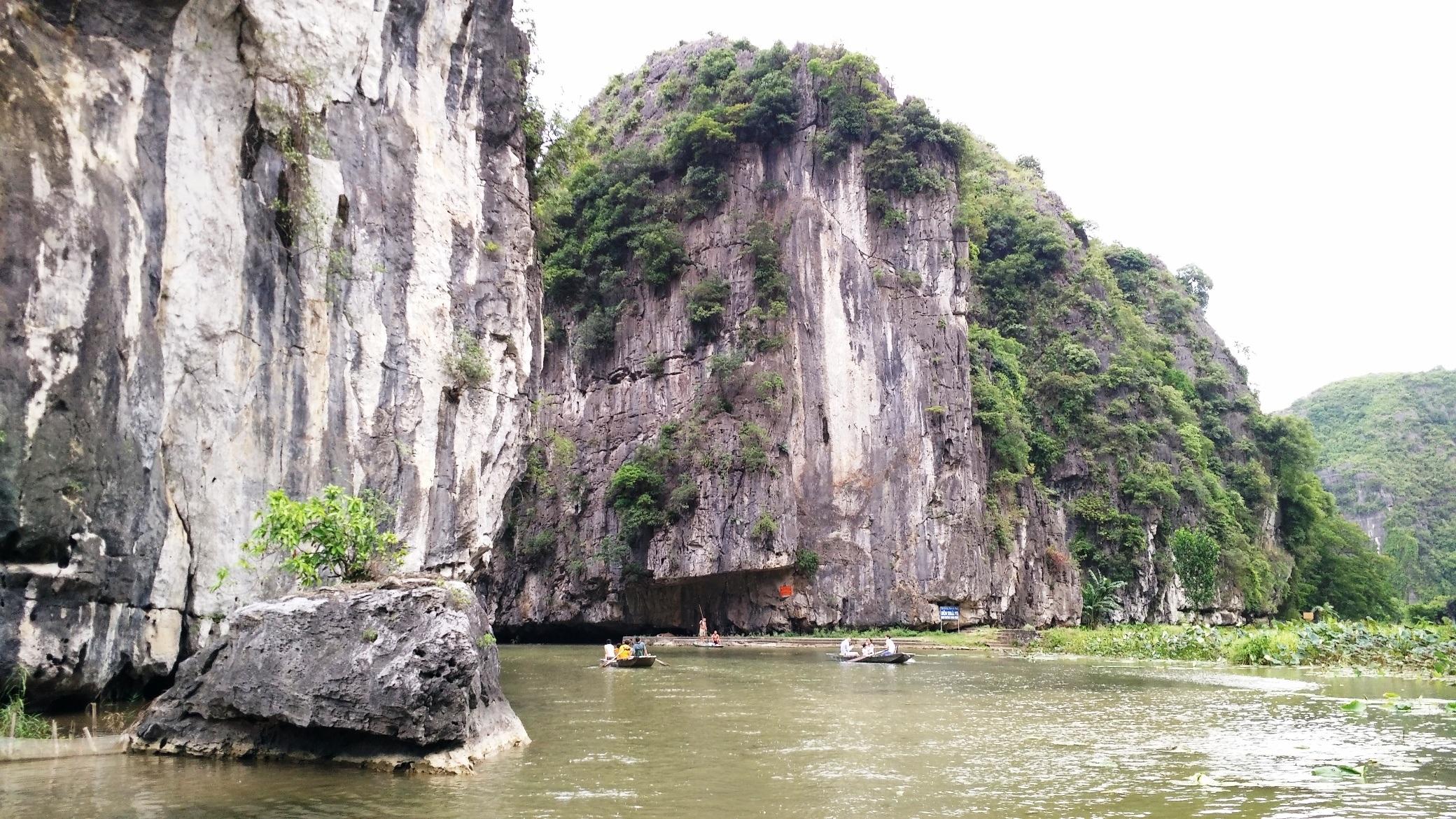 Du khách đi đò trên sông Ngô Đồng chảy qua những núi đã vôi cao sừng sững, vượt qua 3 hang lớn để đến với những khung cảnh nên thơ tại Tam Cốc