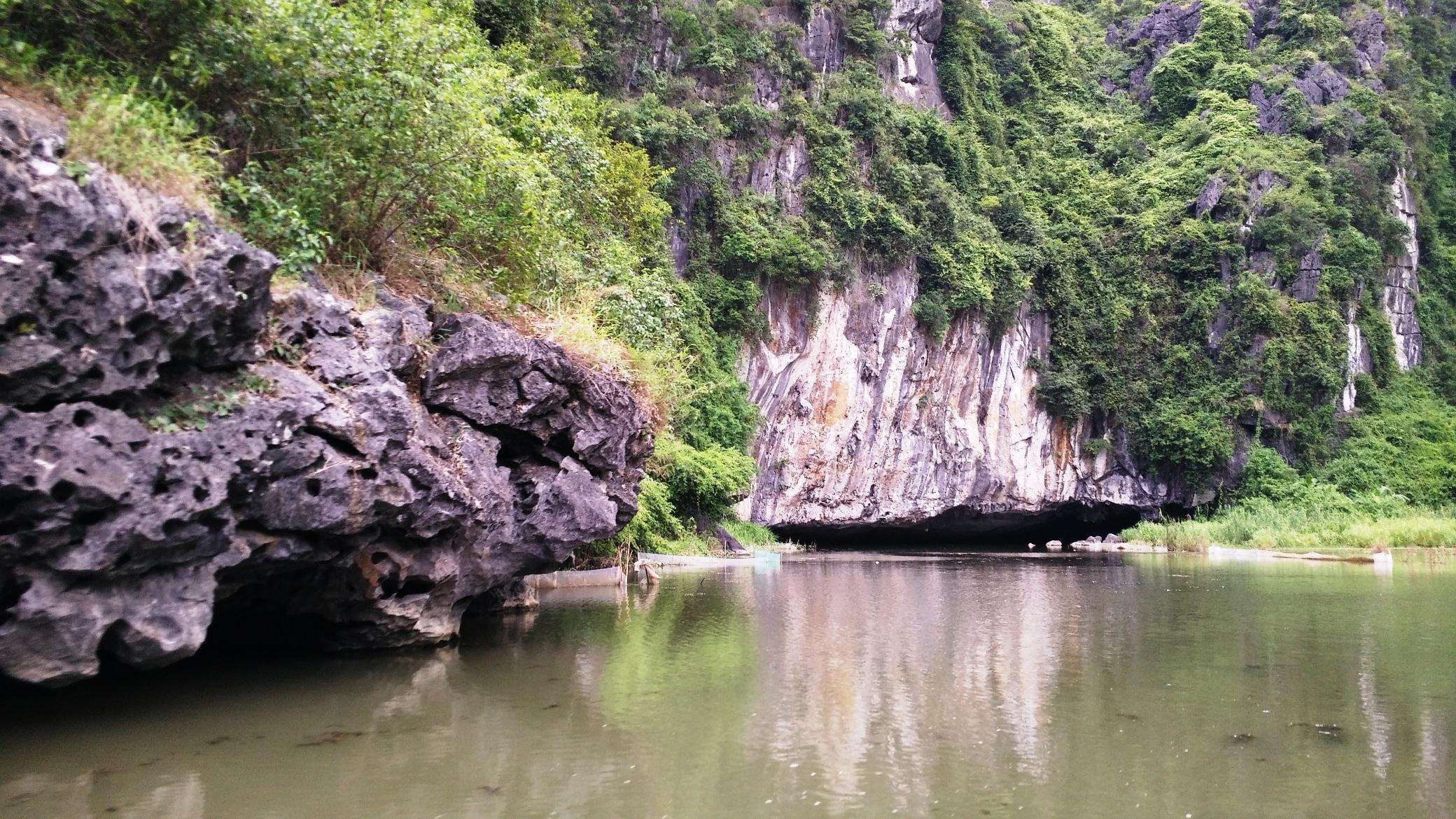 Khu du lịch Tam Cốc - Bích Động tuy đưa vào khai thác du lịch những vẫn được giữ nguyên vẻ đẹp hoang sơ, chưa có sự tác động từ con người.