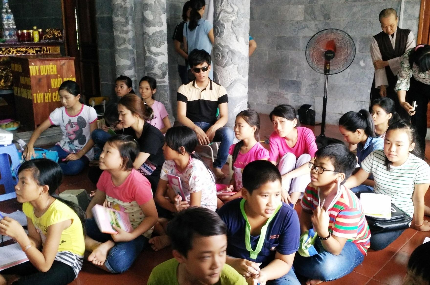 Các em nhỏ thích thú khi được trò chuyện, vui đùa cùng các anh chị sinh viên nước ngoài.