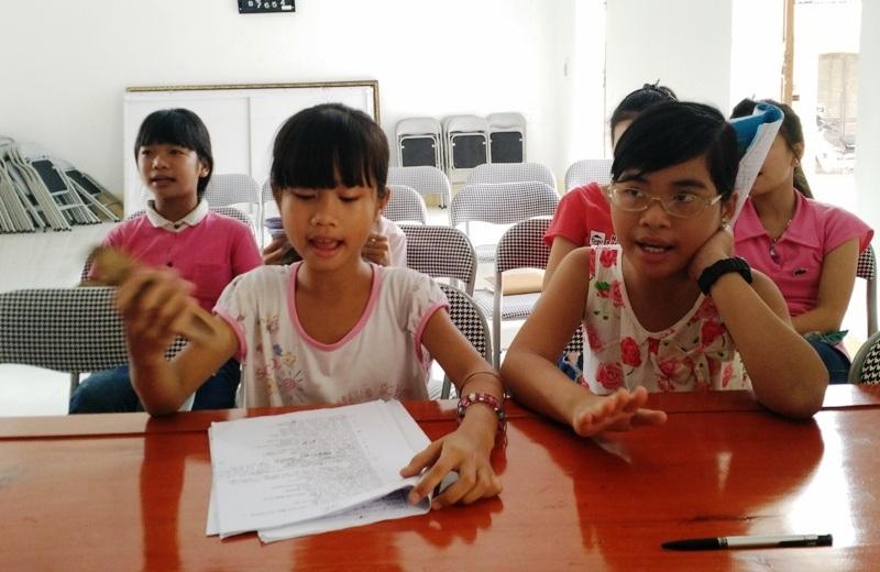 Sau thời gian học, nhiều em học sinh đã có thể vừa hát vừa cầm sênh theo nhịp từng bài.