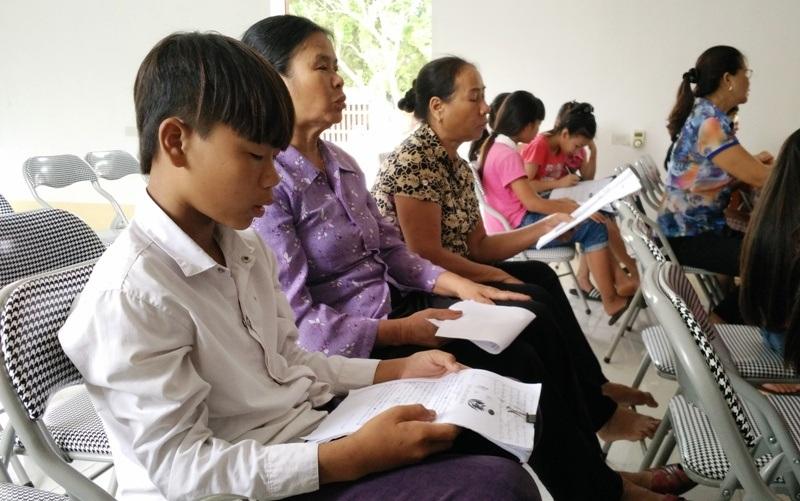 Không chỉ các em học sinh nữ mà còn có cả học sinh nam cũng theo học hát xẩm, các bà đưa cháu đến lớp cũng tham gia học hát.