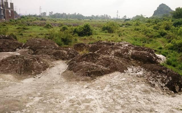 Xỉ lò vôi mà công ty Trường Thịnh thải từng đống lớn ra đất nông nghiệp