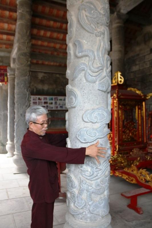 Mỗi cây cột đá trong Tiền đình cao hơn 4m, to bằng cả người ôm. Những cột đá này được làm bằng đá xanh nguyên khối, khai thác từ các dãy núi trong làng. Ông Sỹ cho biết thêm, để xây dựng xong ngôi đền hoàn chỉnh phải sử dụng hàng trăm khối đá.
