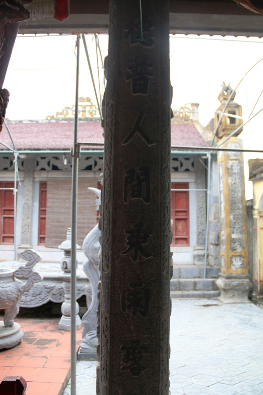 Các hoành phi câu đối trên cột, trong đình cũng được khắc bằng đá tạo nên sự trường tồn vĩnh cửu với thời gian.