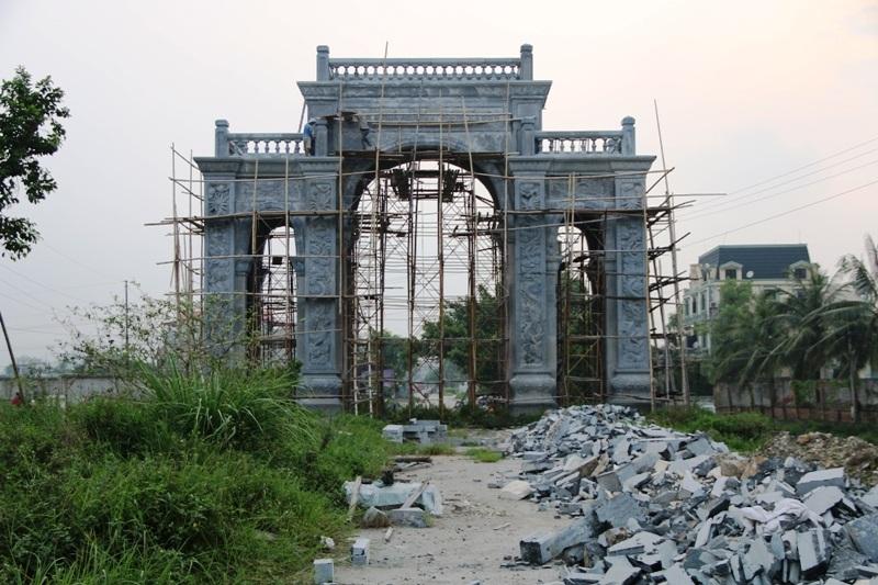 Không chỉ nổi tiếng với đình làng bằng đá, làng đá Ninh Vân (trong đó có làng Xuân Vũ) hiện đang được nhiều người biết đến với cổng làng to nhất tỉnh, được xây dựng hoàn toàn bằng đá xanh nguyên khối.