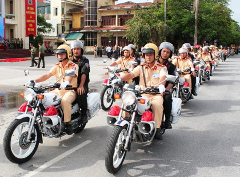 Lực lượng CSGT Ninh Bình ra quân Tháng an toàn giao thông (ảnh: báo Ninh Bình)
