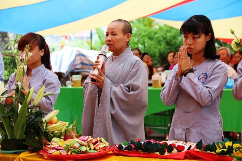Những bạn trẻ lớn lên tại chùa Yên Ninh cùng sư trụ trì làm lễ cầu nguyện