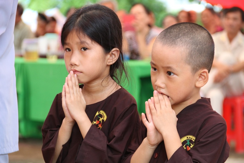 Những đứa trẻ ngơ ngác trong ngày lễ Vu lan - Báo hiếu.