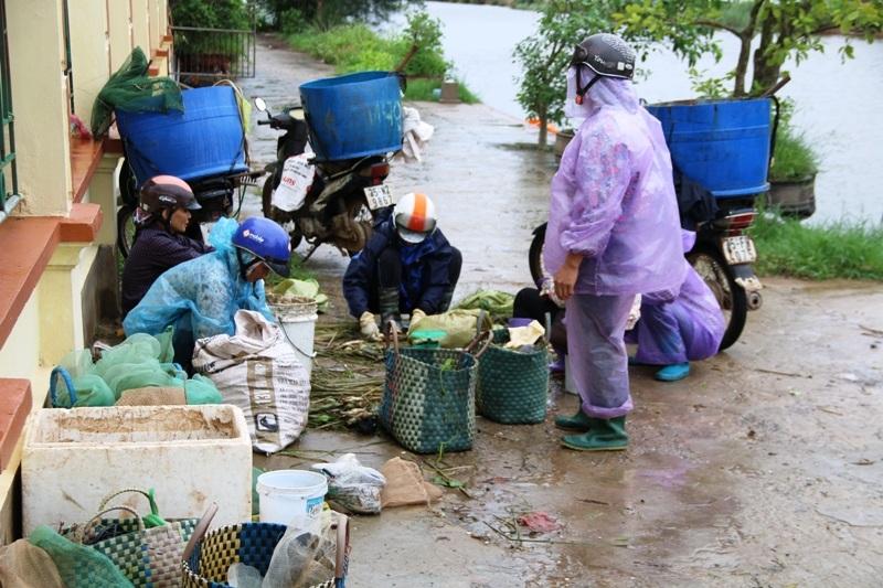 Sáng 19/8, chợ hải sản xã Kim Đông, huyện Kim Sơn vẫn hoạt động bình thường nhưng ít người hơn thường ngày do ảnh hưởng của bão.