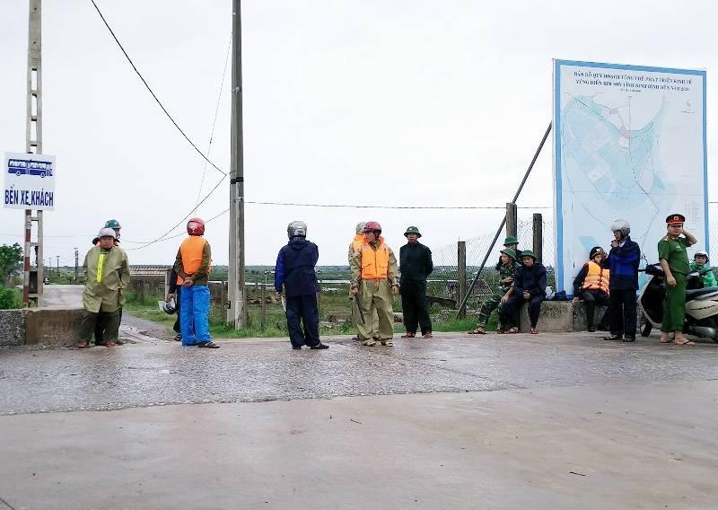 Lực lượng chức năng chốt chặn không cho người dân ra khỏi đê Bình Minh tránh nguy hiểm khi bão đổ bộ