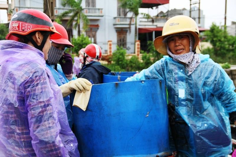 Giá cua ngày thường từ 200 - 300 nghìn/kg, ngày bão chỉ bán được 100 nghìn nhưng có rất ít người mua.