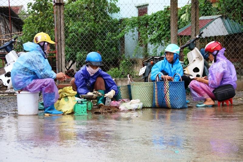 Chợ diễn ra nhộn nhịp cho đến trưa mới xong, mọi người lại về nhà chuẩn bị ứng phó với bão