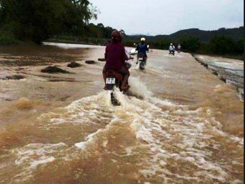 Mưa lớn gây ngập nhiều tuyến đường ở Hòa Bình (Báo Hòa Bình)