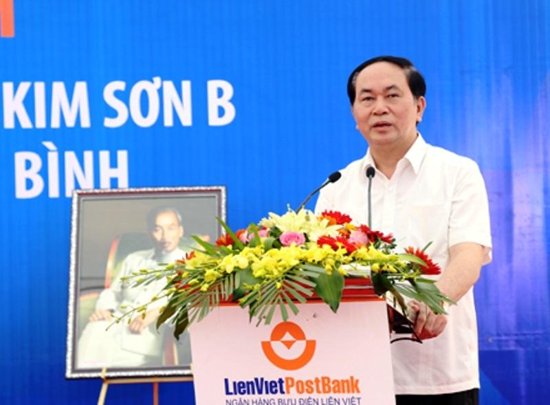 Chủ tịch nước Trần Đại Quang chúc mừng các thế hệ giáo viên, học sinh nhà trường (ảnh: Báo Ninh Bình)
