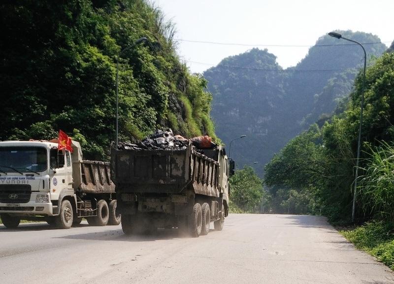 Những chiếc xe tải chở bùn đất không che chắn bạt ngang nhiên lưu thông trên đường Tràng An