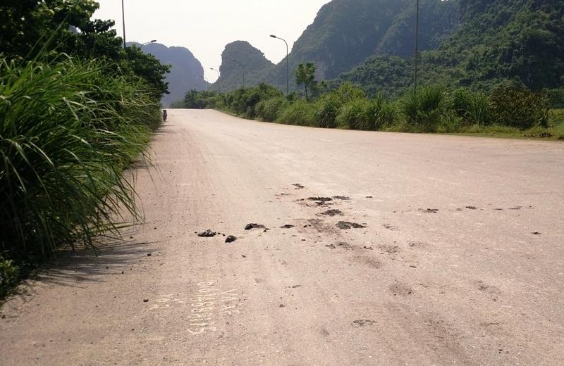 Nhiều đoạn đường bùn đất từ trên thùng xe tải chở đất rơi xuống vương vãi khắp nơi, có chỗ đóng thành từng mảng lớn.