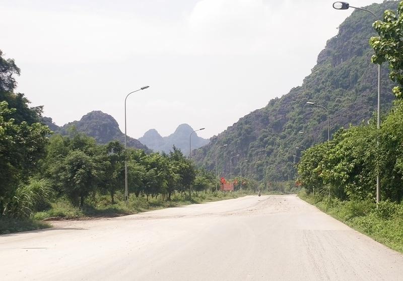 Đường trong khu di sản thiên nhiên và thế giới Tràng An thường xuyên phủ một màu bụi bẩn khiến du khách ngán ngẩm.