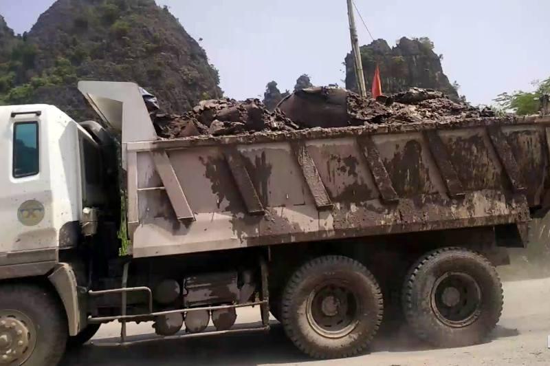 Bùn đất từ thùng xe rơi xuống đất tạo thành bụi gây ô nhiễm môi trường.