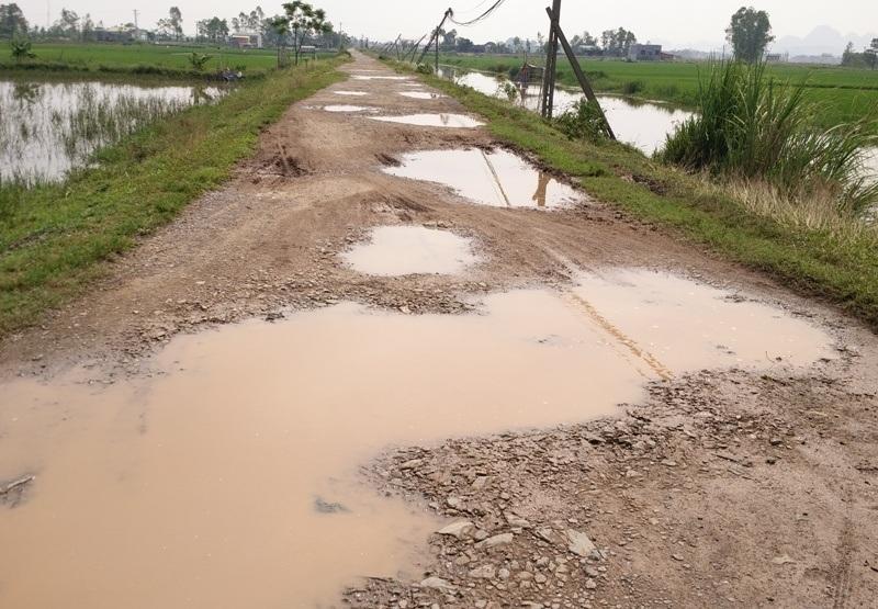 Đường liên xã qua xã Gia Minh, Gia Lạc và Thượng Hòa dài khoảng 6km, sau thời gian dài xuống cấp, giờ nát như tương.