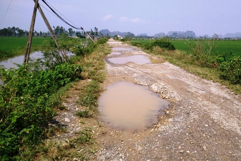 Ổ voi, ổ gà khắp nơi tạo thành những vũng nước sâu mỗi khi trời mưa xuống.