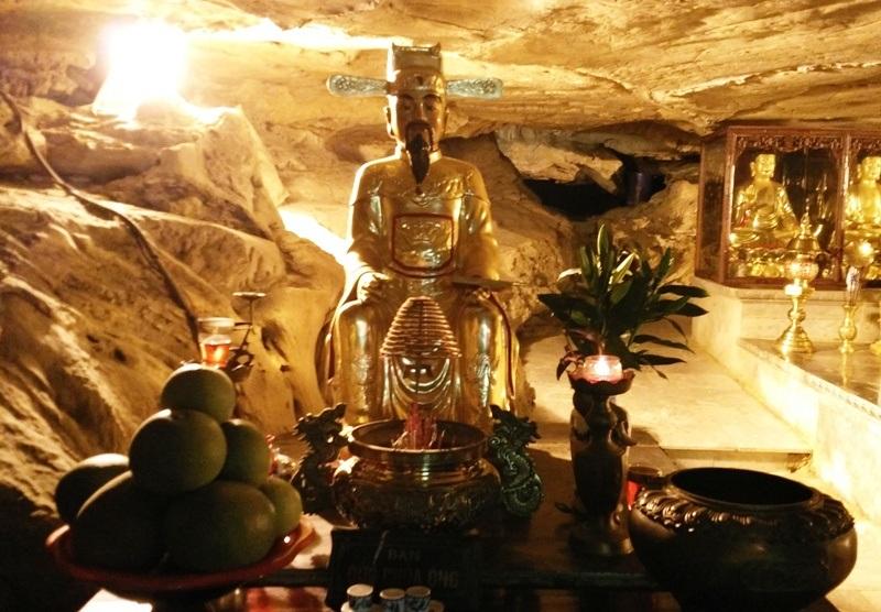 Hang sáng có chiều cao khoảng 2m, dài 25m, rộng 15m. Từ cửa chùa, đi hết sẽ có có cửa hang lớn trước mặt là thung lũng xanh. Khi đi qua hang, dễ nhận ra, trần hang động đã trở thành những mái chùa kiên cố, che chắn chốn thiêng ngự trị của Phật, của Mẫu đã hàng bao thế kỷ nay.