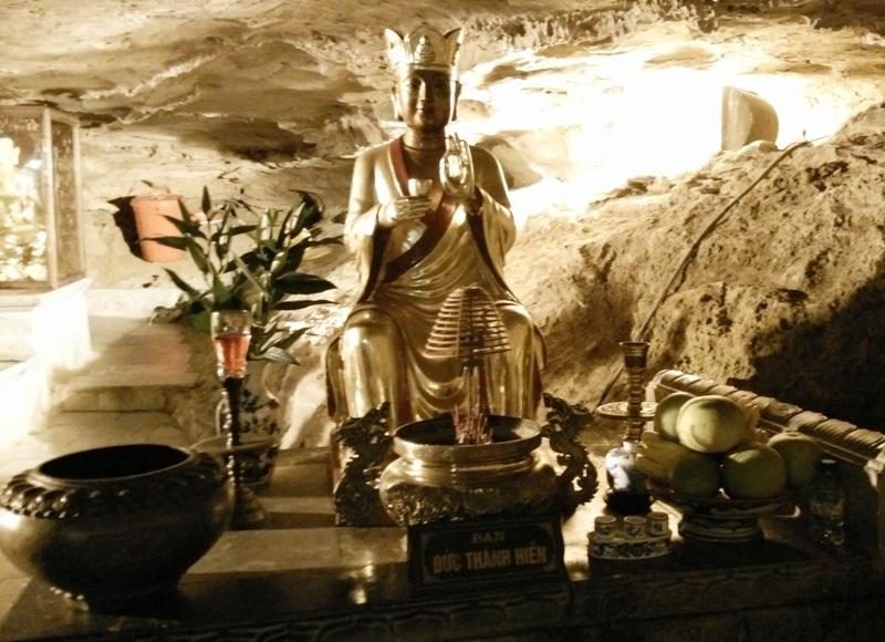 Các đền thờ Phật cũng được đặt hợp lý, phù hợp với không gian của chùa động. Mỗi đền là một vẻ đẹp riêng và có ý nghĩa linh thiêng huyền bí riêng.
