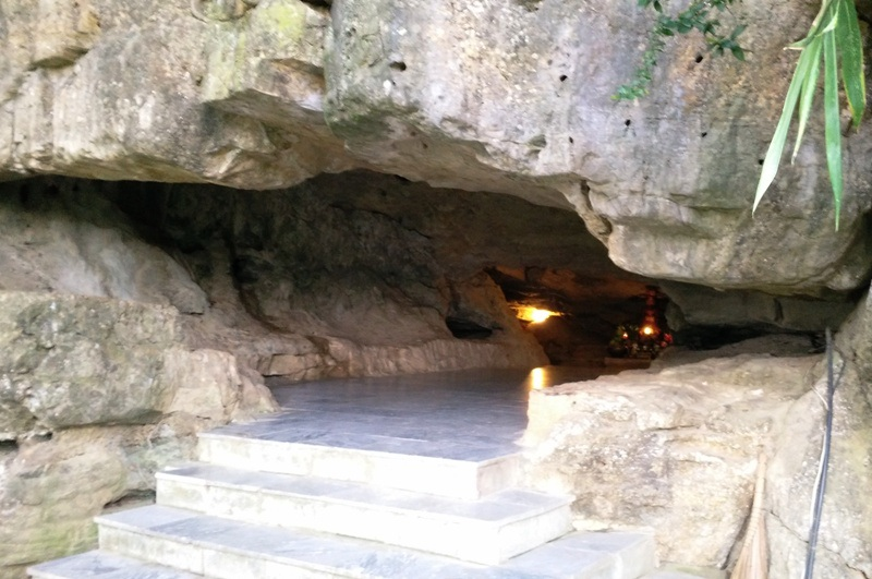 Cửa hang sáng nhìn từ trong và từ ngoài vào. Từ cửa hang nhìn ra phía trước là thung lũng xanh ngút ngàn. Bước từ cửa hang xuống sẽ đến đền thờ thần Cao Sơn - vị thần núi Vũ Lâm.