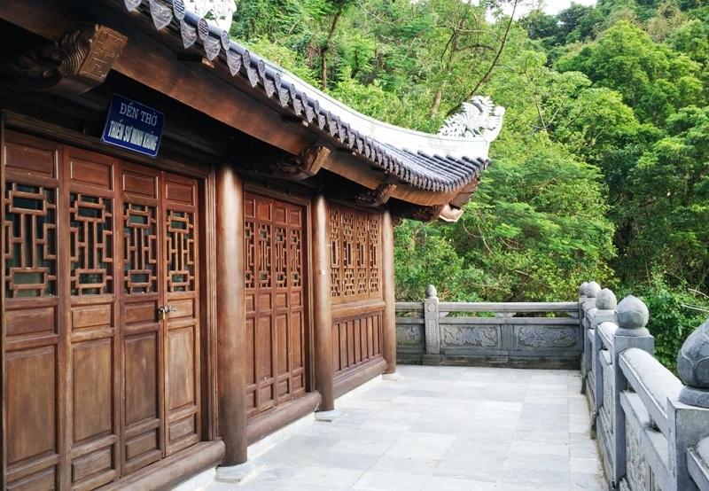 Đền thờ Thiền sư Minh Không (thánh Nguyễn), ông là người sáng lập ra chùa. Tương truyền, khi ông đi tìm cây thuốc quý chữa bệnh cho vua Lý Thần Tông đã phát hiện ra hang động ở đây và thành lập chùa để thờ Phật tại đây.