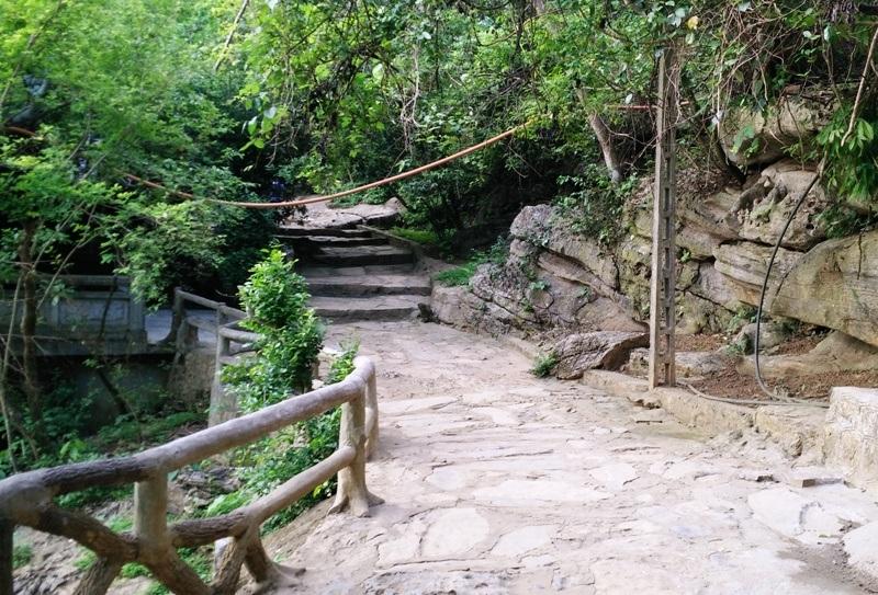 Trải qua gần 1.000 năm lịch sử, chùa Bái Đính cổ ghi dấu những chứng tích lịch sử không chỉ của Phật giáo Việt Nam mà còn nhiều biến cố của cách mạng với nhiều sự kiện lớn. Khác với sự uy nghi, tráng lệ của khu chùa mới, chùa Bái Đính cổ lại trầm mạc, tĩnh lặng và linh thiêng. Các lối đi trong chùa vẫn còn là những lối mòn được lát đá...