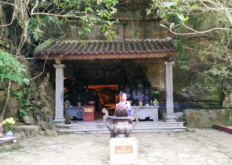Động thờ Phật và thờ Thần. Để lên được nơi trang nghiêm này, du khách phải leo qua 300 bậc đá. Bên ngoài sơn động này khắc 4 chữ do vua Lê Thánh Tông ban tặng là Minh Đỉnh Danh Lam (có nghĩa: Lưu danh thơm cảnh đẹp).