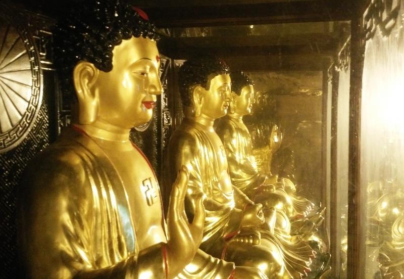 Bên trong, các tượng phật được trang hoàng linh thiêng, uy nghi.