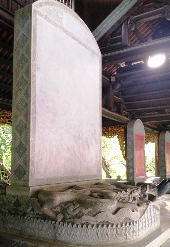 Bia đá kỷ lục cao hơn, to hơn rất nhiều so với các tấm bia hậu khác trong chùa Bái Đính.
