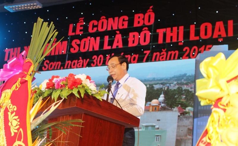 Ông Bùi Huy Hùng- Chủ tịch thị xã Bỉm Sơn báo cáo kết quả đạt được của thị xã trong những năm qua