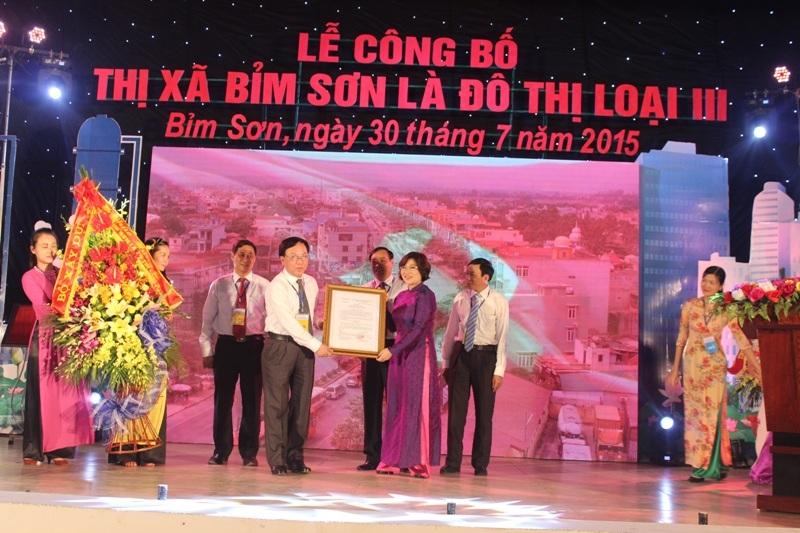 Bà Phan Thị Mỹ Linh- Thứ trưởng Bộ Xây dựng trao Quyết định công nhận đô thị loại III cho thị xã Bỉm Sơn