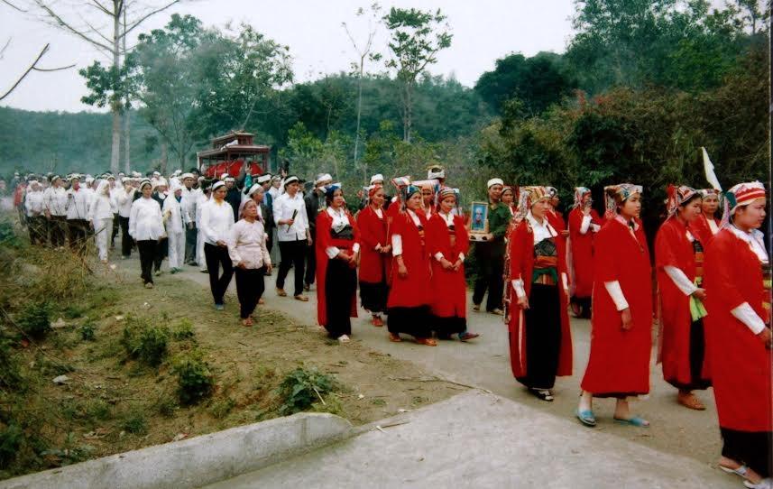 Những người mặc trang phục áo đỏ đều là con dâu, cháu dâu trong gia đình