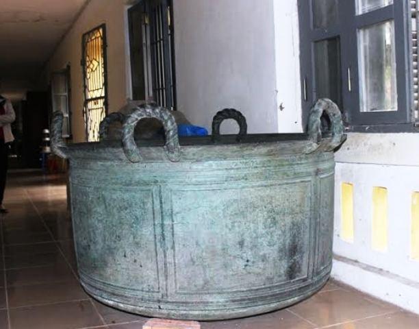 Không có chỗ trưng bày, chiếc vạc đồng Cẩm Thủy- bảo vật quốc gia phải nằm ở hành lang