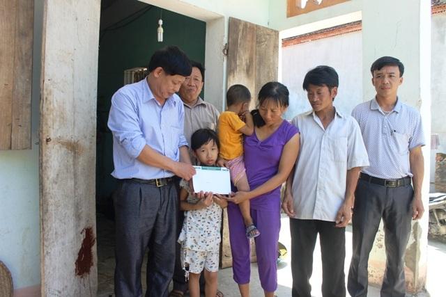Chính quyền địa phương trao quà bạn đọc đến gia đình chị Tình