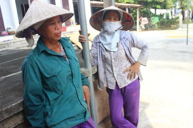 Bà con nông dân lo lắng nếu chính quyền xã yêu cầu gia đình bà Thêm tăng tiền gặt
