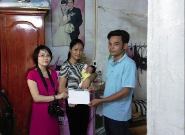 PV Dân trí trao quà bạn đọc ủng hộ đến gia đình bé Thảo Duyên