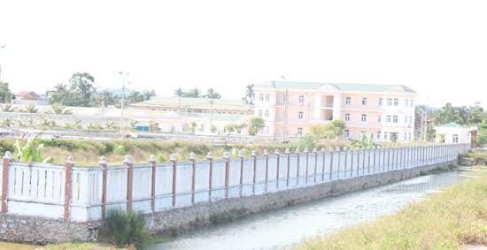 Người dân cho rằng nguyên nhân nhiễm mặn là hệ quả của việc rò rỉ và xả nước mặn của Trung tâm nghiên cứu và sản xuất giống thủy sản