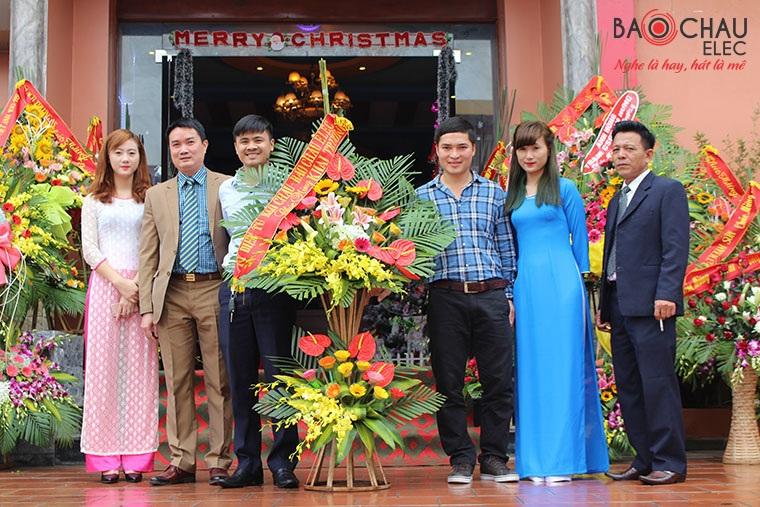 Đội trưởng Đội Phòng chống ma túy công an huyện An Dương Nguyễn Phi Trường (thứ 2 từ trái qua) trong lễ khai trương quán karaoke Long Quy do một trang web đăng tải với lời quảng cáo ông Trường là chủ quán này.