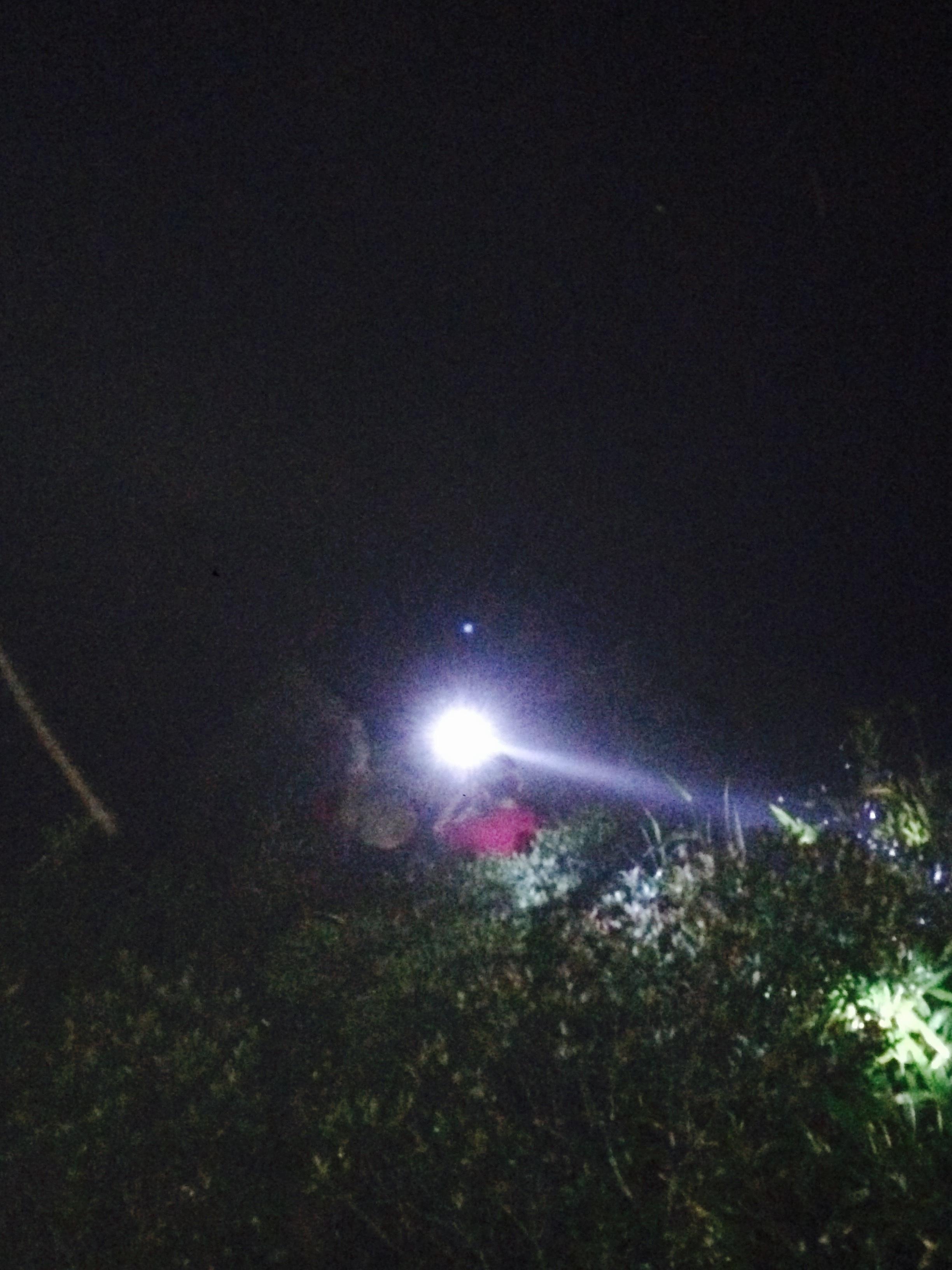 Trời tối, nạn nhân nằm dưới độ sâu gần 30m nhưng lực lượng cứu hộ vẫn quyết tâm tiếp cận nạn nhân một cách nhanh nhất