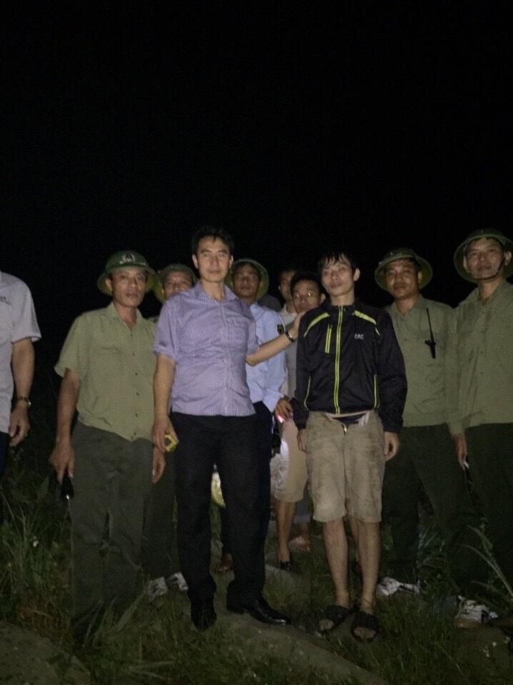 Nạn nhân được lực lượng cứu hộ đưa xuống núi