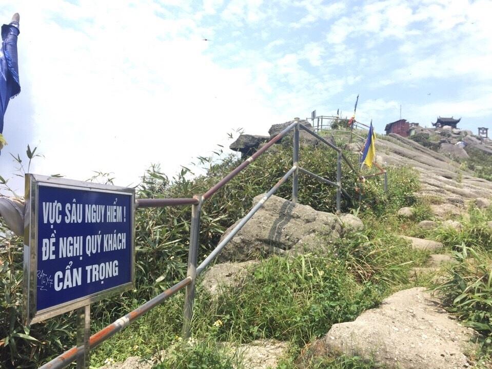 Dù đã có biển cảnh báo nguy hiểm nhưng du khách vẫn trèo ra ngoài lan can nên bị rơi xuống