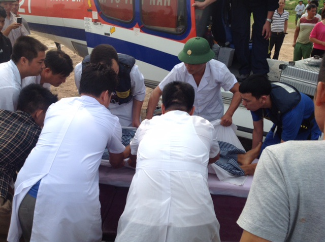 Chuyển bệnh nhân lên trực thăng lúc chiều nay