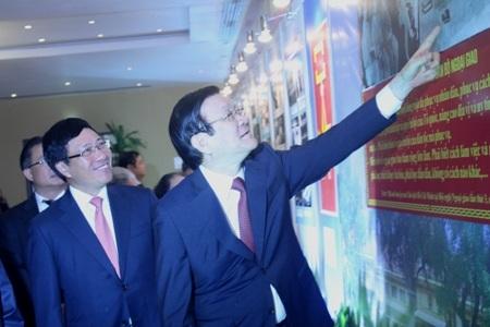 Chủ tịch nước Trương Tấn Sang và Phó Thủ tướng, Bộ trưởng Phạm Bình Minh đang xem một bức ảnh tư liệu