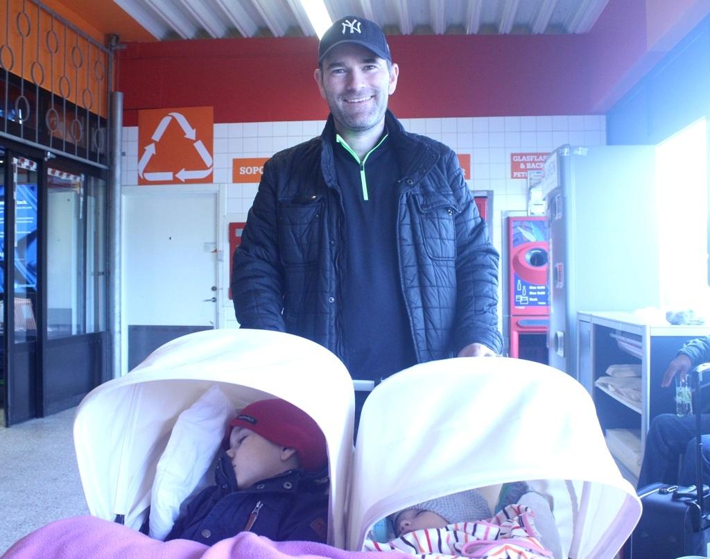 Anh David dẫn 2 con đi siêu thị mua sắm (Ảnh: N.H)