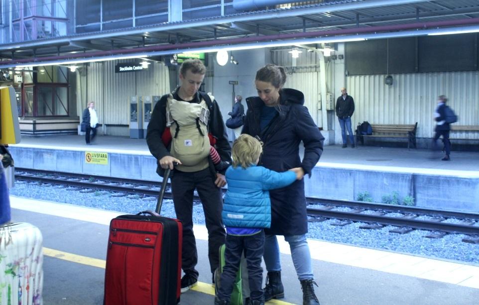 Ông bố địu con tại Nhà ga trung tâm Stockholm