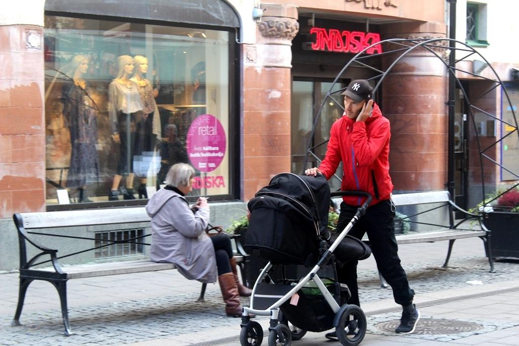 Một ông bố đang đẩy xe nôi trên đường phố Uppsala