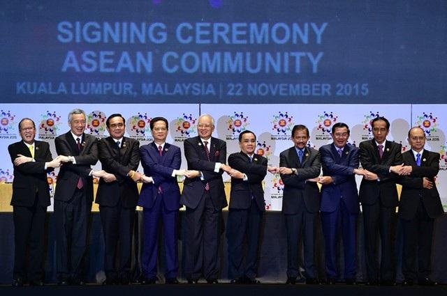 Lãnh đạo các nước ASEAN tại lễ ký Tuyên bố thành lập Cộng đồng ASEAN ở Kuala Lumpur, Malaysia ngày 22/11/2015 (Anh: VGP)